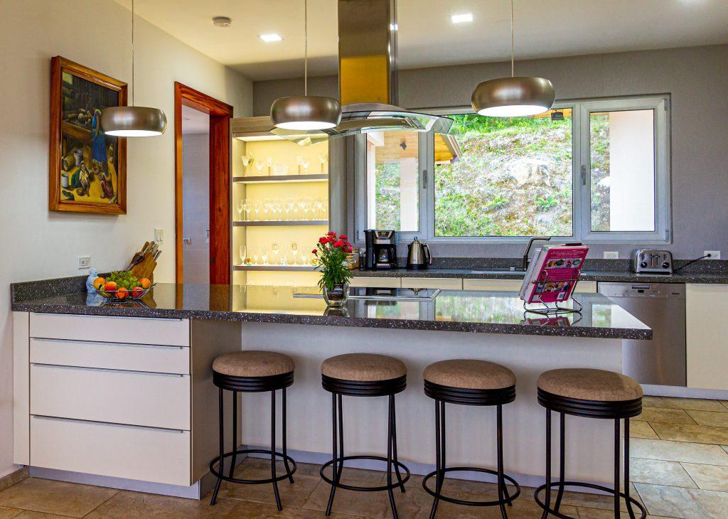 meble kuchenne na wymiar pomagają w urządzeniu kuchni dopasowanej do indywidualnych potrzeb